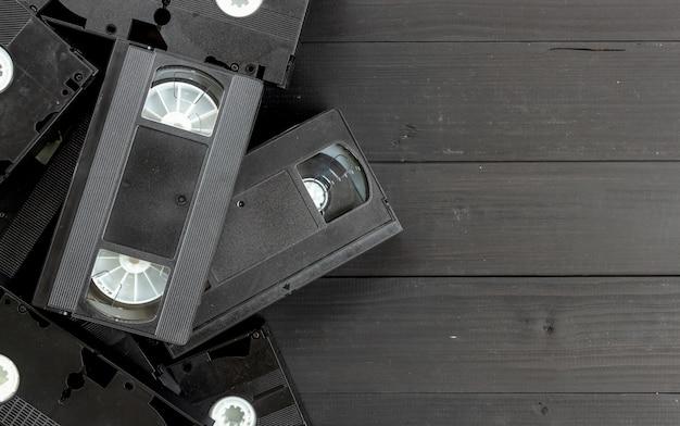 Cinta video vieja en fondo de madera negro. vista superior