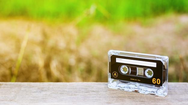 Cintas de cassette de audio vintage en escritorios de madera en la mañana