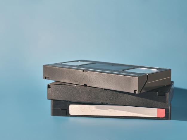 Cintas de cassette vhs vintage sobre fondo azul.