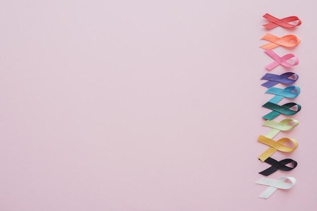 Cintas de colores sobre fondo rosa, conciencia del cáncer