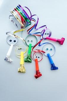 Cintas decorativas coloridas vacaciones en carretes en plata. concepto de embalaje de regalo, cumpleaños de vacaciones.