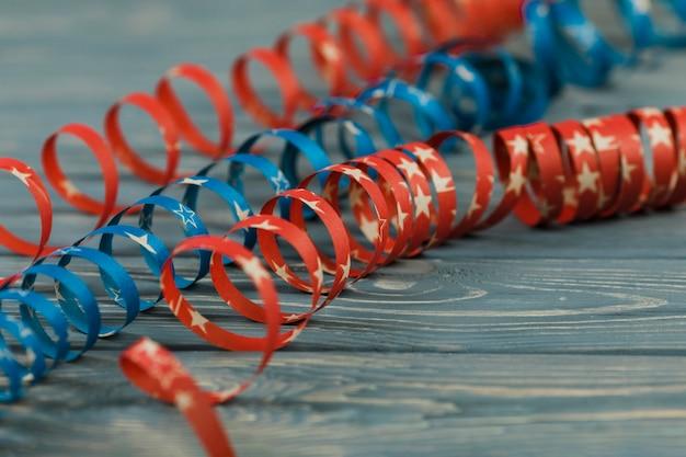Cintas decorativas espirales sobre mesa.