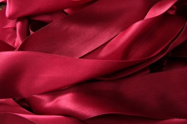 Cintas de raso rojas en un lío desordenado textura