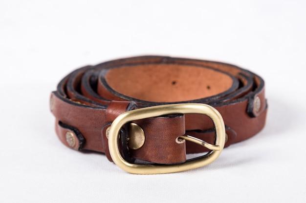 Cinturón de cuero aislado en blanco