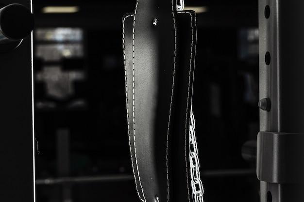 Cinturón de levantamiento de pesas en un aparato de entrenamiento