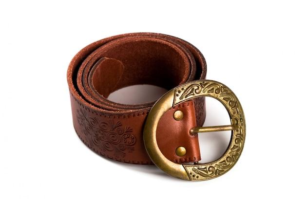 Cinturón marrón con hebilla de bronce aislada sobre fondo blanco