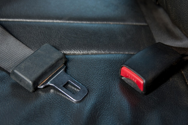 Cinturón de seguridad del coche en el asiento del pasajero en el coche. con seguridad en el coche
