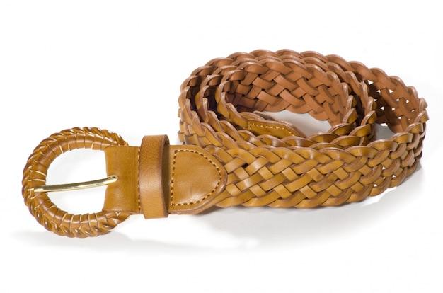 Cinturones en blanco aislado