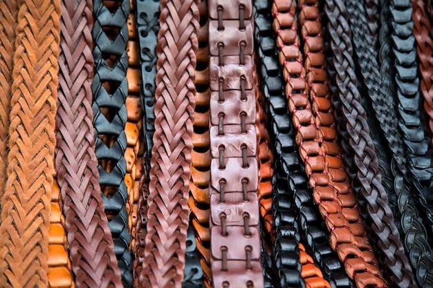 Cinturones de cuero en el mercado.
