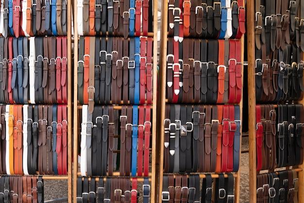 Cinturones de cuero en taller artesanal para el fondo de mercado de venta