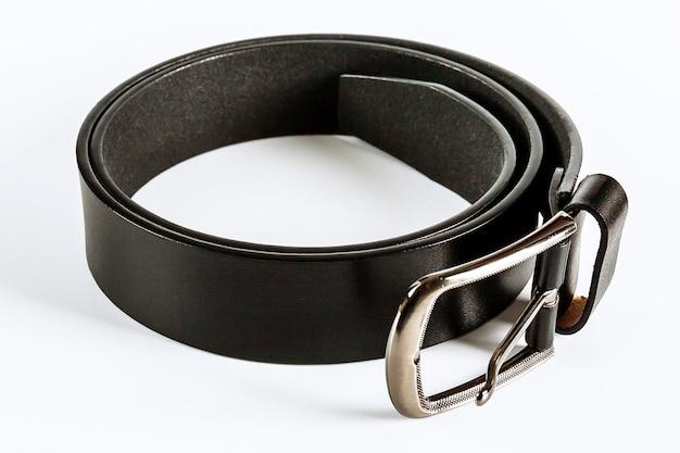 Cinturones sobre un fondo blanco. cinturones de hombre.