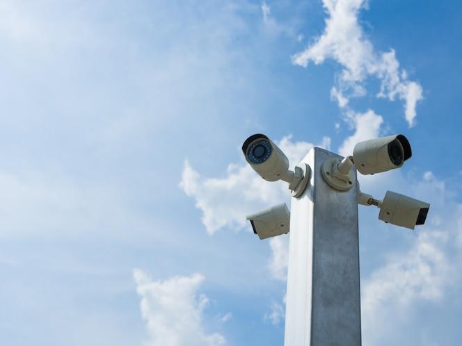 Circuito cerrado de televisión o cámara de seguridad cctv sobre fondo de cielo azul.