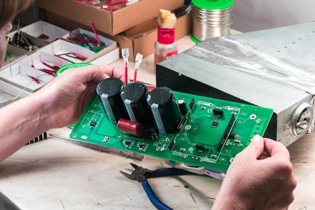 Circuito eléctrico con tiristores montados en manos de