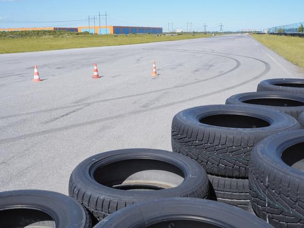 Un circuito vacio. neumáticos en la pista de carreras.