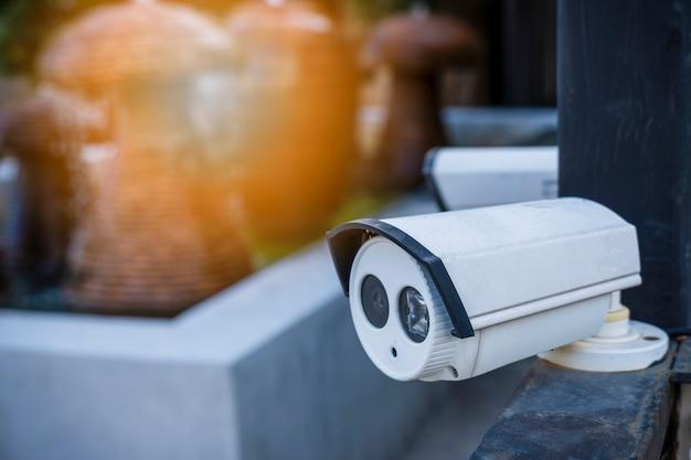 Los circuitos cerrados de la televisión se monitorean y registran en la puerta de entrada del pueblo