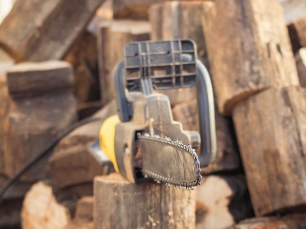 Circule la sierra manual eléctrica con una pequeña profundidad de campo.