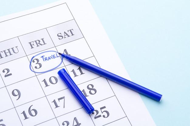 Círculo azul alrededor del viernes en el calendario de papel bolígrafo abierto azul en calendario