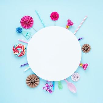 Círculo blanco con decoraciones de cumpleaños a su alrededor.