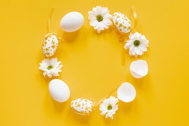 Círculo blanco de flores y huevos.