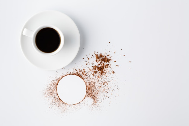 Círculo de cacao en polvo en mesa blanca