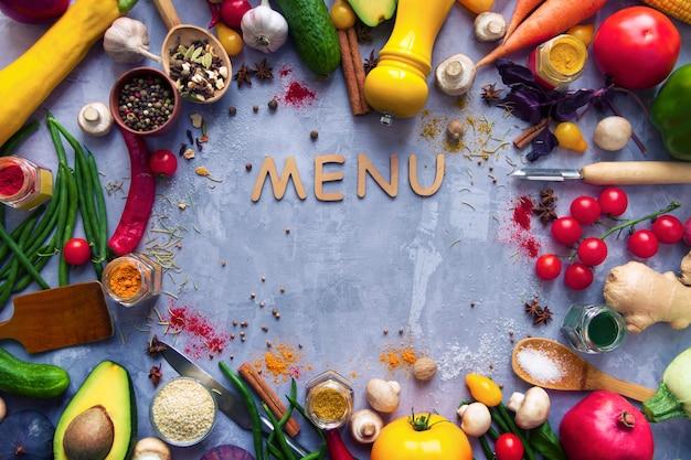 Círculo de condimento con sabor picante colorido saludable con frutas y verduras antioxidantes orgánicas frescas de verano para menú vegano o vegetariano aislado sobre fondo gris. concepto de estilo de vida saludable