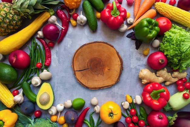 Círculo de condimento con sabor picante colorido saludable con frutas y verduras antioxidantes orgánicas frescas de verano para recetas veganas o vegetarianas aisladas sobre fondo gris. concepto de estilo de vida saludable