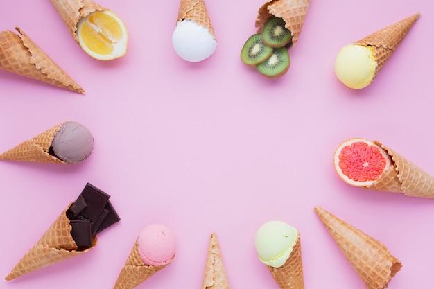 Círculo de conos de helado con espacio de copia