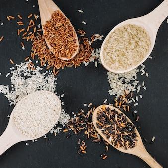 Círculo de cucharas y arroz derramado