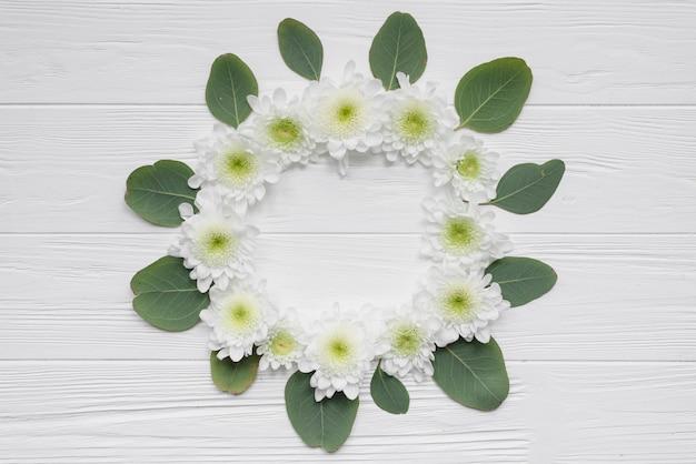 Círculo de flores y hojas Foto gratis