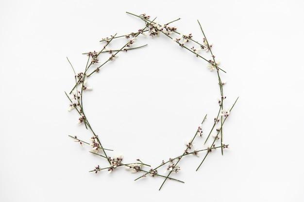 Círculo de flores ramitas