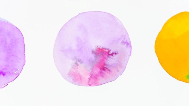 Círculo con forma de textura de acuarela púrpura sobre fondo blanco