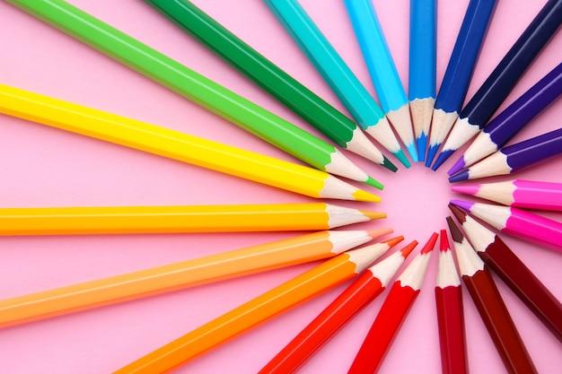 Círculo formado por lápices de colores.