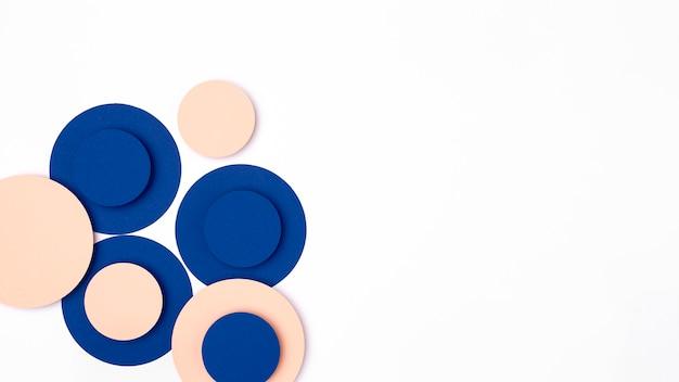 Círculos de papel azul y melocotón
