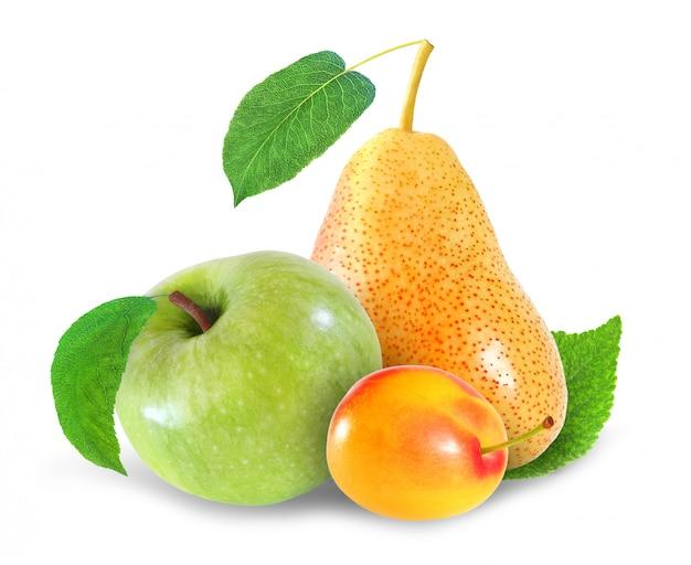 Ciruela entera, manzana y pera frutas aisladas sobre fondo blanco con trazado de recorte