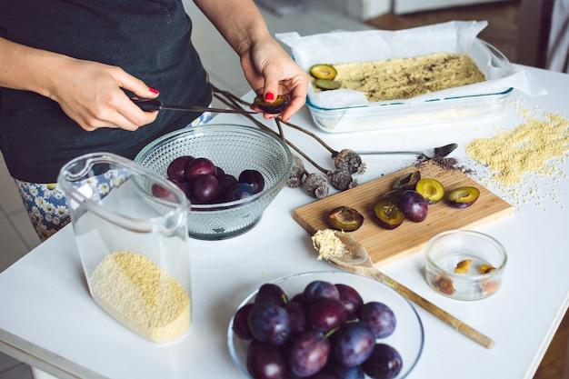 Ciruelas listas para hornear un pastel