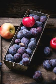 Ciruelas y manzanas