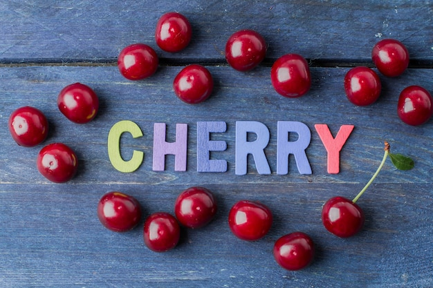 Ciruelos de las frutas frescas del verano y del otoño en fondo de madera azul de la tabla.