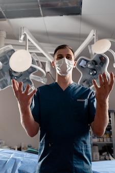 El cirujano arroja los implantes de silicona. cirugía de levantamiento y aumento de senos