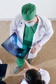 Cirujano discutiendo radiografía con colegas