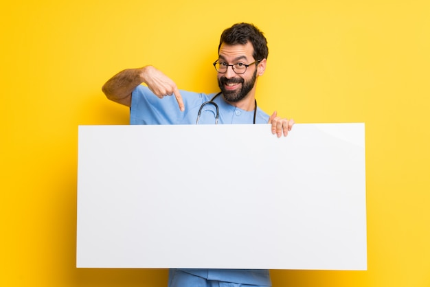 Cirujano médico hombre sosteniendo un cartel para insertar un concepto