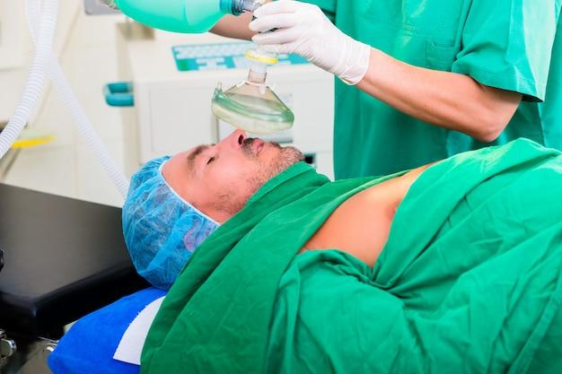 Cirujano en quirófano con mascarilla anestésica.