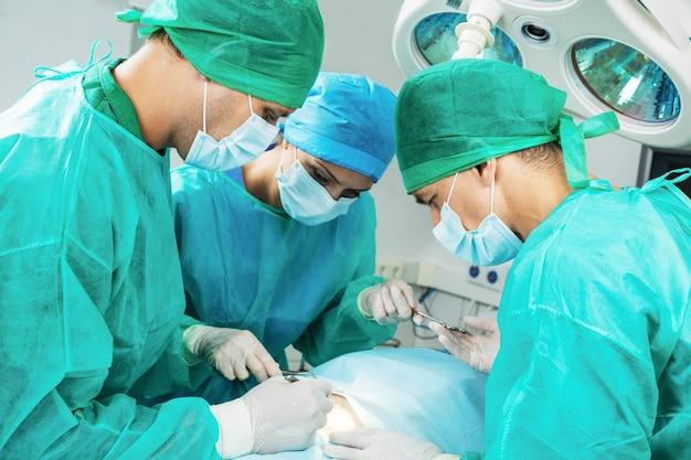 Los cirujanos hacen una operación de cerca