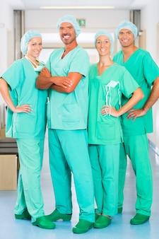 Cirujanos en hospital o clínica como equipo.