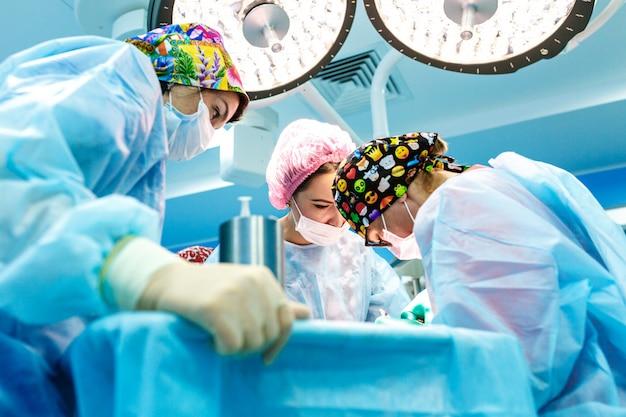 Cirujanos que operan a un paciente en quirófano