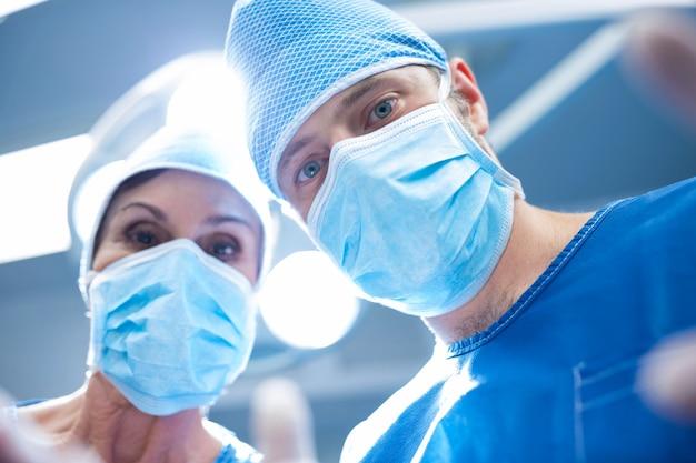 Los cirujanos que realizan la operación en la sala de operación