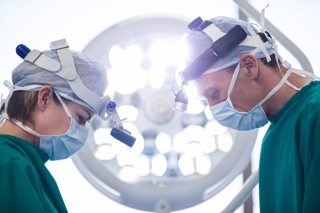 Cirujanos que realizan operaciones en quirófano