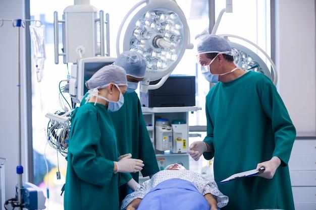 Cirujanos realizando operaciones en quirófano