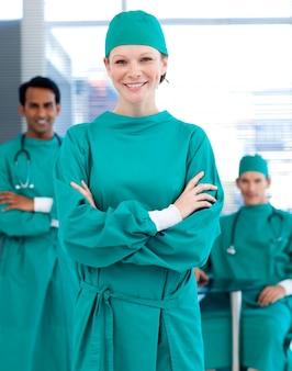 Cirujanos seguros sonriendo a la cámara