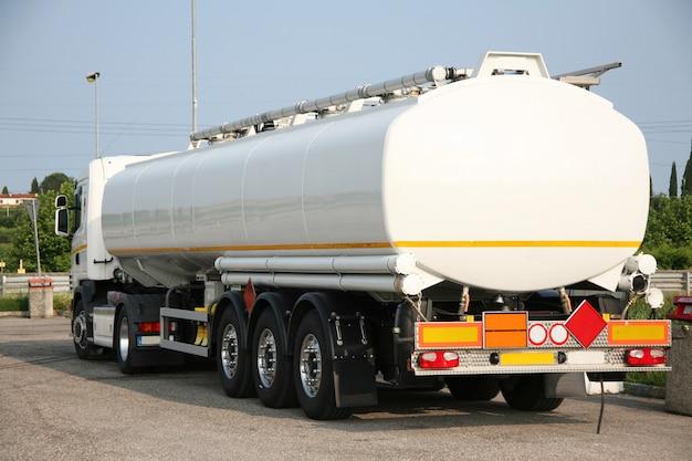 Cisterna para el transporte de disolventes.