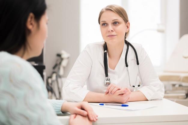 Cita con el médico y el paciente